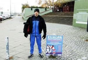 Nikola Savic pored plakata takmicenja