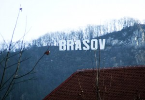 obelezje Brasova iznad grada danju